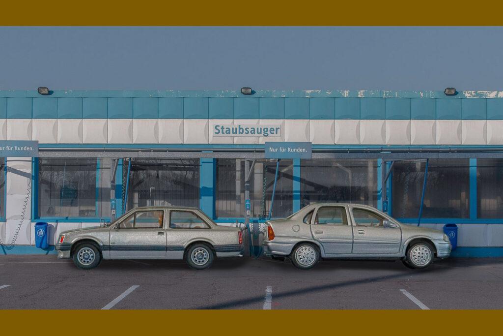 Zwei Opel Corsa Stufenhecklimousinen
